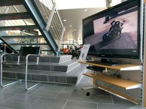 Während der Hosenanprobe vertreibt sich BHS die Zeit mit TV